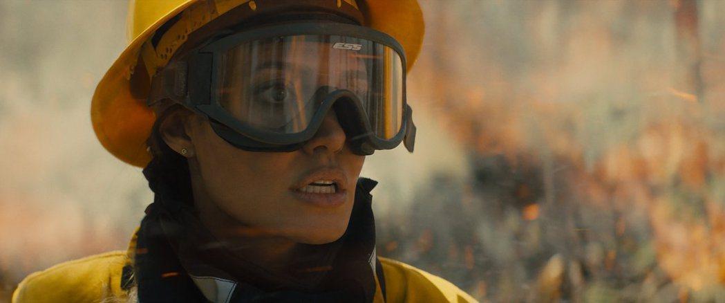 安琪莉娜裘莉在「那些要我死的人」展現精湛演技。圖/華納兄弟提供