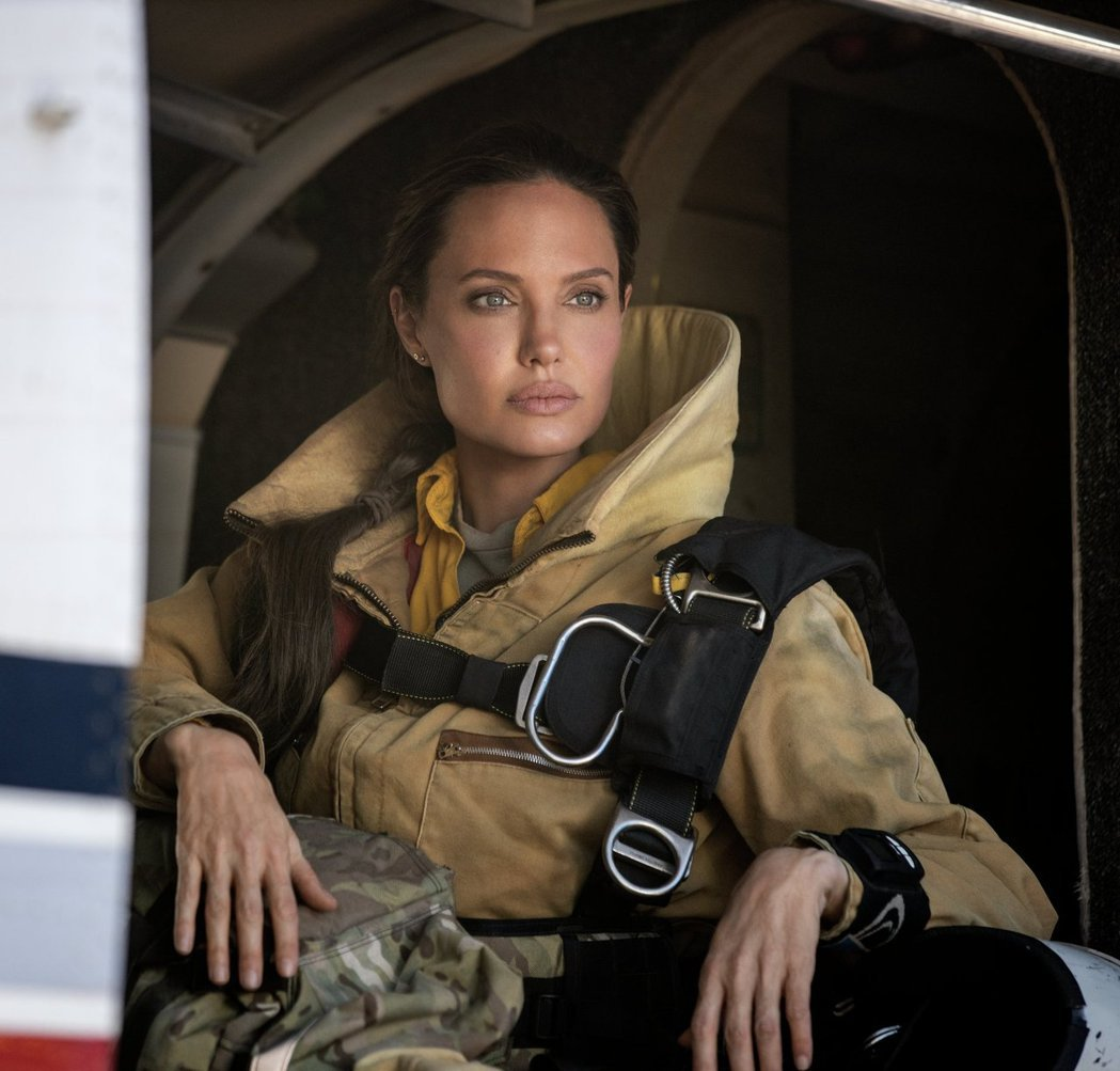 安琪莉娜裘莉在「那些要我死的人」挑戰演消防員。圖/華納兄弟提供