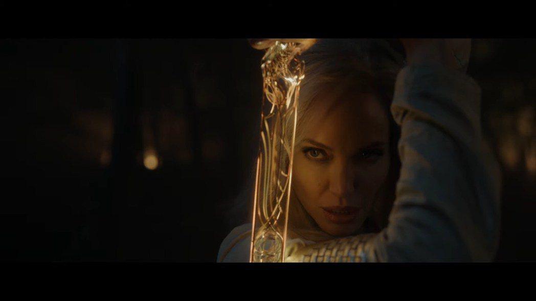 安琪莉娜裘莉在「永恆族」的英雄扮相首度曝光。圖/摘自漫威影業YouTube