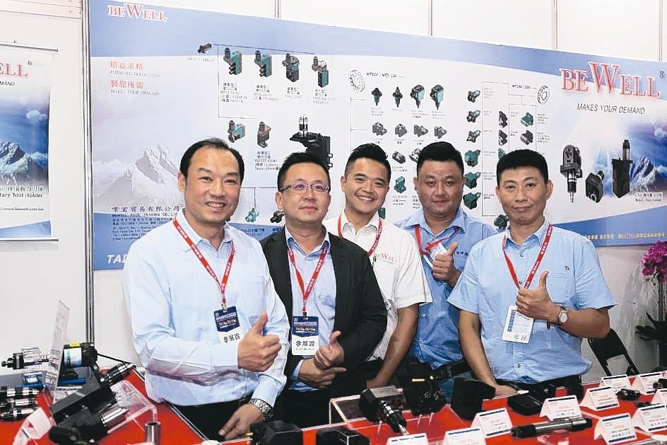 常宏貿易公司總經理鄭智元(左一)與夥伴在展場合影。黃奇鐘/攝影