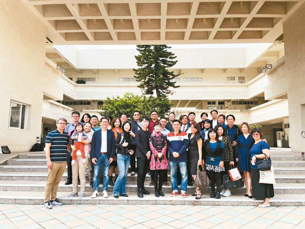 首屆大健康產學母親節園遊會產學團隊。劉吉豐/提供