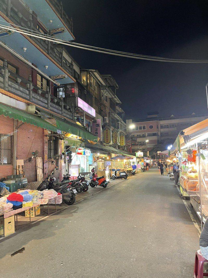 蘆洲夜市受案1145影響,人潮大減,攤商幾乎都比客人還要多。記者張睿廷/攝影