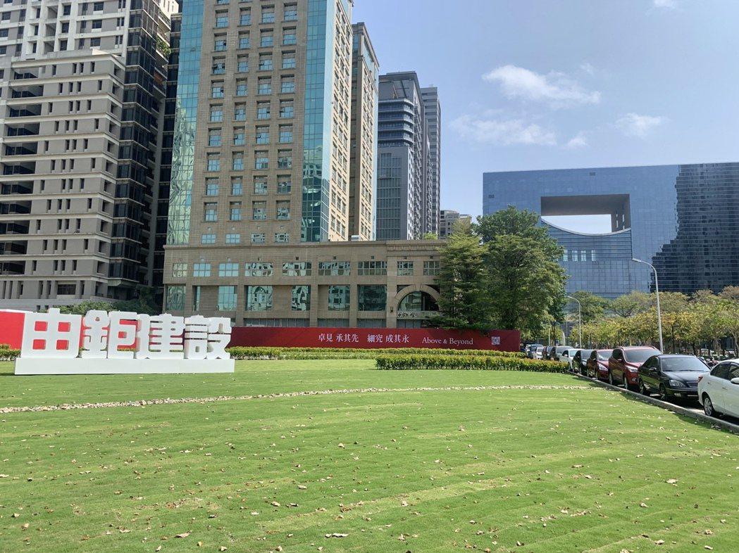 由鉅府會公園新案滿眼綠意,讓來往民眾眼睛一亮。記者宋健生/攝影