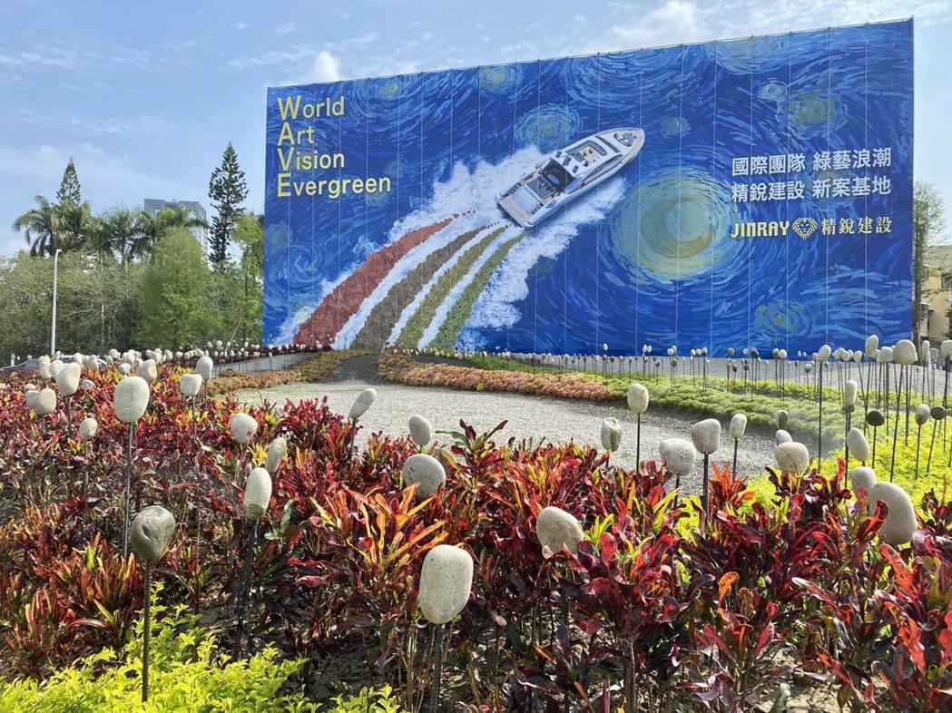 精銳單元二新案基地內的花帶,象徵遊艇駛向大海所激起的水花漣漪。記者宋健生/攝影
