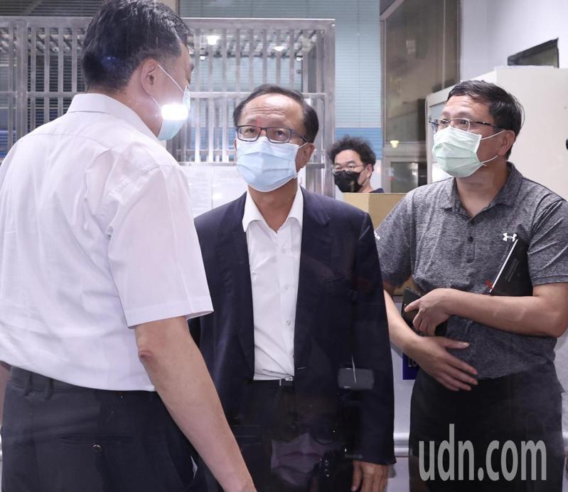 台北市警局長陳嘉昌(中)在四名嫌犯押到中山分局後出面表示,將對四名嫌犯進行偵詢,明天早上10點正式對外說明。記者黃義書/攝影