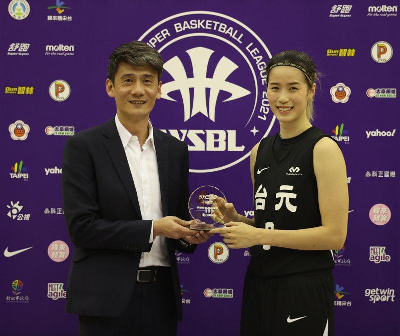 台元林文佑(右)獲頒首周最佳球員。圖/中華籃協提供