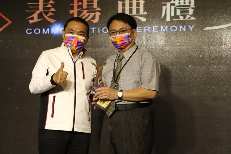 八里愛心教養院主任楊忠一(右)創建輔具中心,每年可回收上萬個輔具提供給需要的民眾使用。圖/新北社會局提供