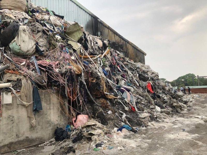 嘉義市青年街一處塑膠工廠涉違法堆廢棄物,兩度失火,市議員蔡文旭昨天質詢指出目前仍有9成8未清運。圖/嘉市議員蔡文旭提供