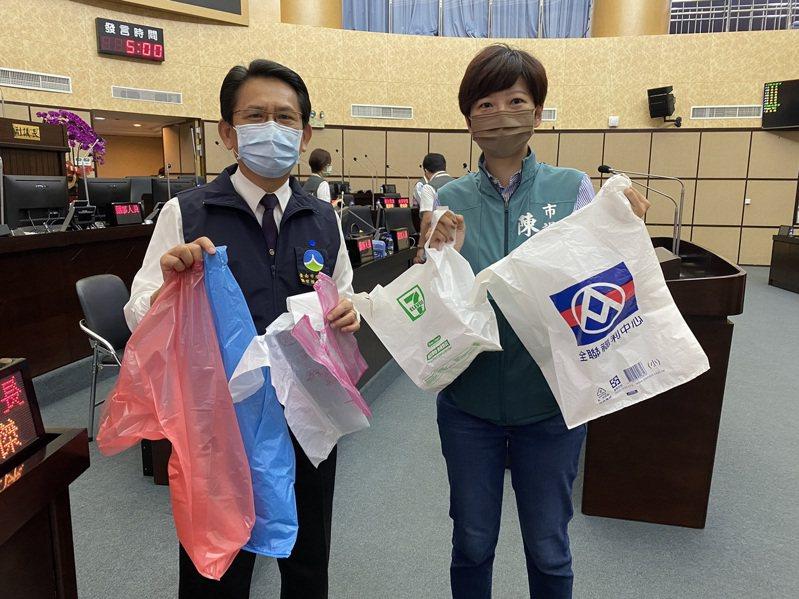 台南市10月起禁用不透明塑膠袋當垃圾袋,市議員陳怡珍(右)拿的超商、超市白色厚塑膠袋都不能當垃圾袋使用,環保局長謝世傑(左)拿的透明垃圾袋可使用。記者鄭維真/攝影