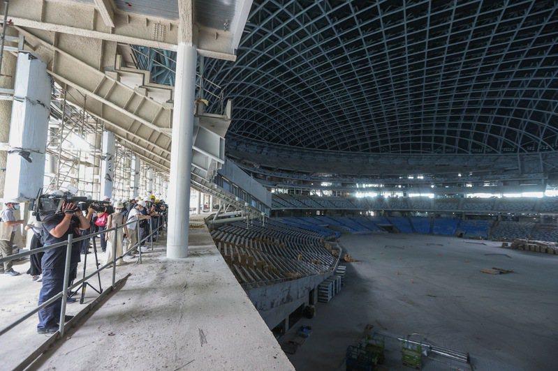 台北市議會工務委員會昨天至大巨蛋會勘,了解工程進度與改善情況。 記者余承翰/攝影