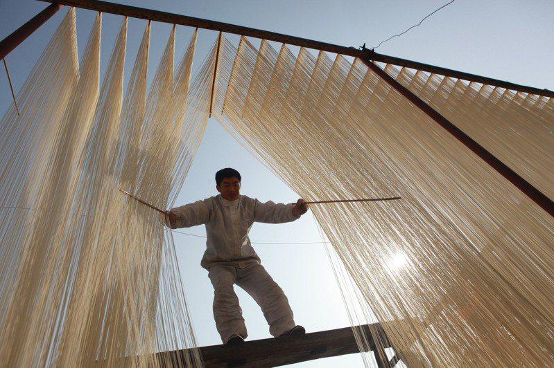 中江掛麵是四川省首批非物質文化遺產,也是大陸國家地理標誌保護產品,圖為手工拉製、晾曬掛麵。圖/本報四川德陽傳真