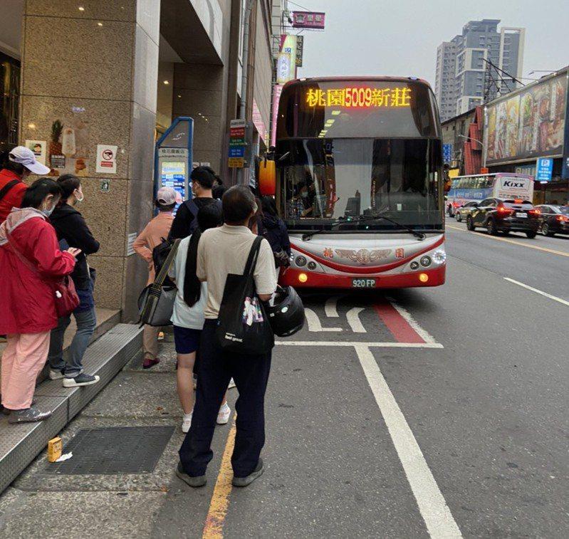客運9102停駛,桃市府協調後,5009接手路線,並推基本票價買一送一優惠。圖/桃園市交通局提供