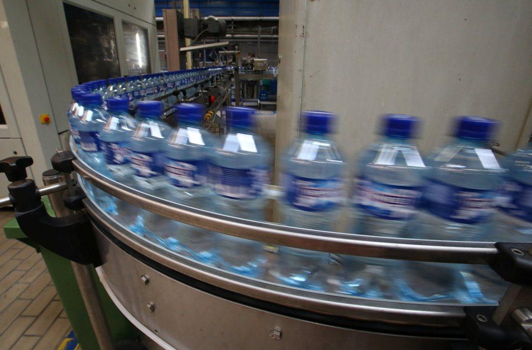 PET樹脂廣泛應用於日常生活塑膠用品,像是圖中的瓶裝水瓶。 (路透)