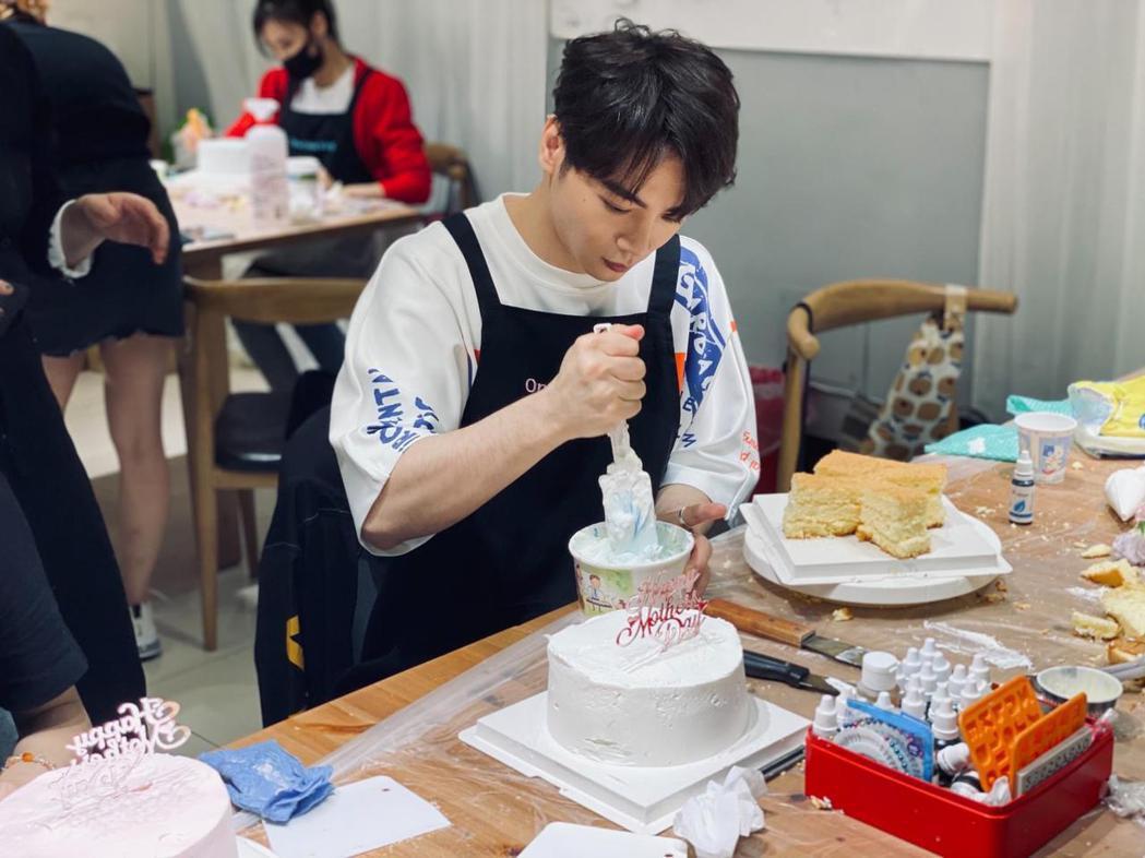 古曜威親手製造蛋糕獻給媽媽。圖/單純夢想文創事業提供