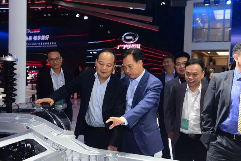 寧德時代董事長曾毓群(左2)參觀廣汽展台。圖/取自太陽能電動汽車網