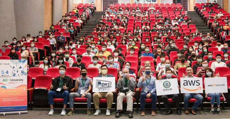 亞洲大學校長蔡進發(前排右三)與AWS香港暨台灣策略方案部負責人謝佳男(前排右二),昨天共同啟動AWSome Day研習。圖/亞洲大學提供