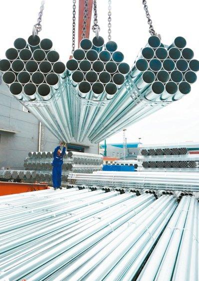 4月鋼鐵PMI下降,預估5月進入淡季。圖為河北某鋼廠。(新華社)