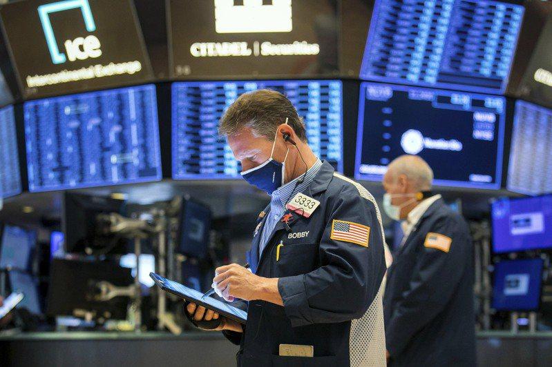 美股資金持續轉入「經濟重啟概念股」,暗示晶片股後市宜審慎操作。(美聯社)