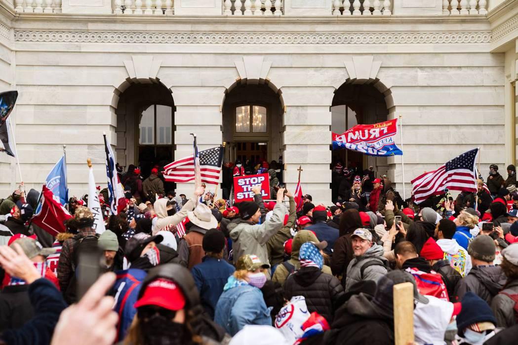今年1月6日,大批川普支持者於國會山莊示威抗議,最終導致暴動者大舉衝進國會大廈,造成慘烈傷亡。 圖/法新社