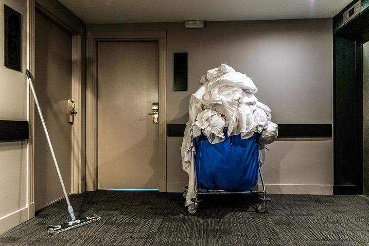 客房打掃人員在清潔過程中,更容易將病毒從受污染的房間,傳播污染到到另一個房間。原因是:打掃人員用來放置清潔用品的拖車! 圖/ingimage