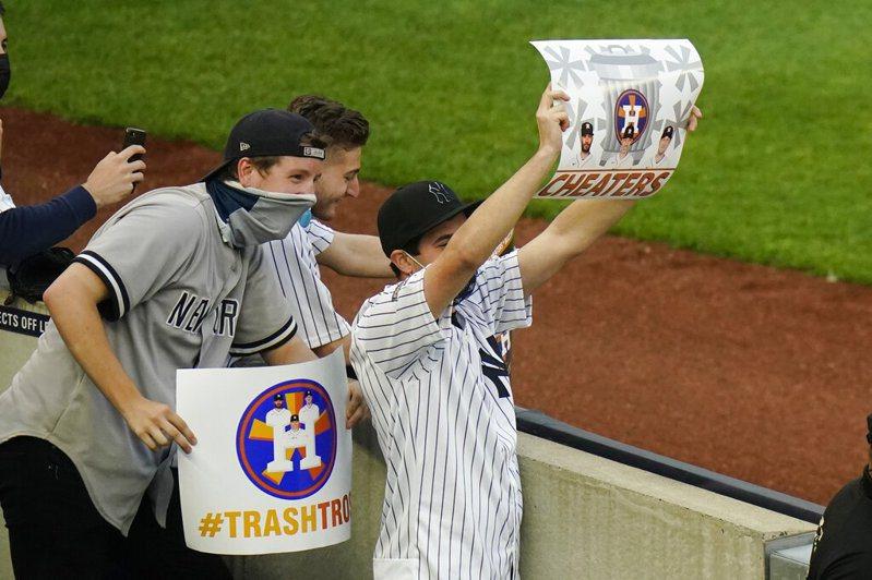 經過整整一年因疫情叨擾的縮水賽季,洋基球迷總算逮到了機會,在今天(5日)太空人作客紐約的賽事中,球迷們高舉垃圾桶與告示牌宣洩對2017季後賽「暗號門」事件的不滿。 美聯社