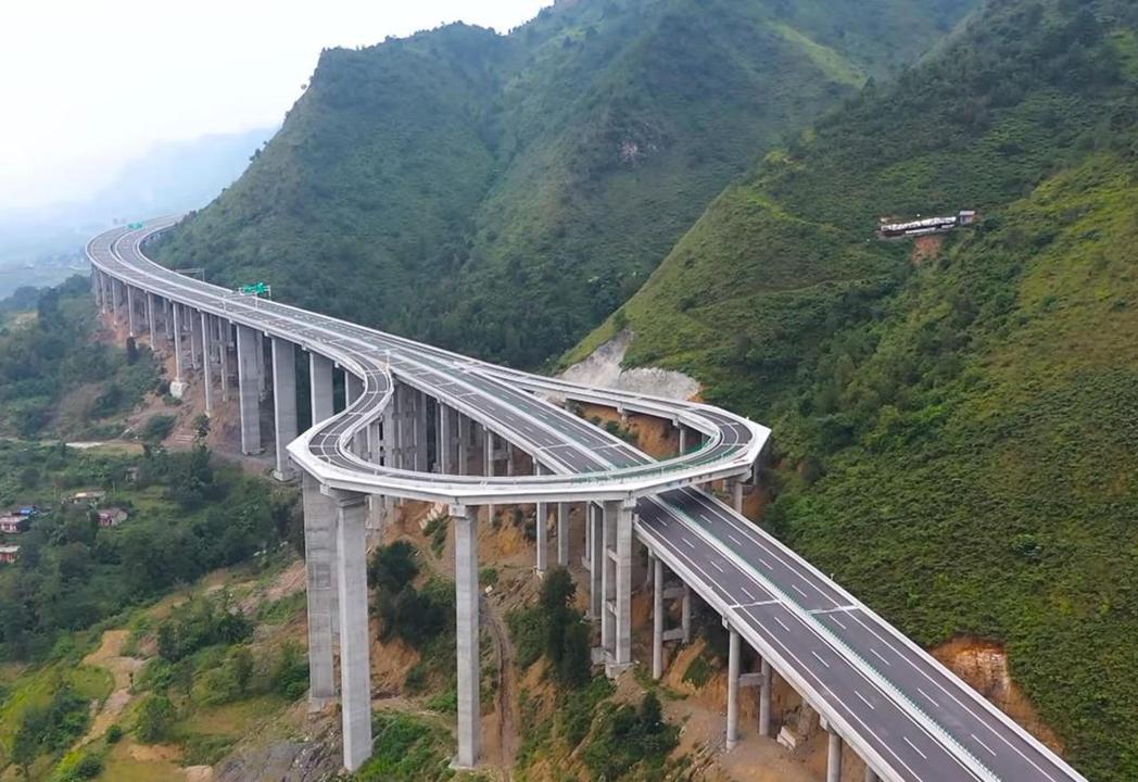 中國貴州當地山區高速公路的高空迴轉道。 圖/摘自影片