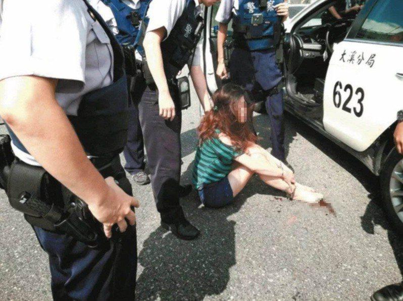 陳女和曾男暴打員警想脫逃,被警方開槍射穿左腿制伏,但她事後棄保潛逃落網,法院依偽造署押、強暴脫逃未遂罪,各判她3月、2年10月。圖/報系資料照