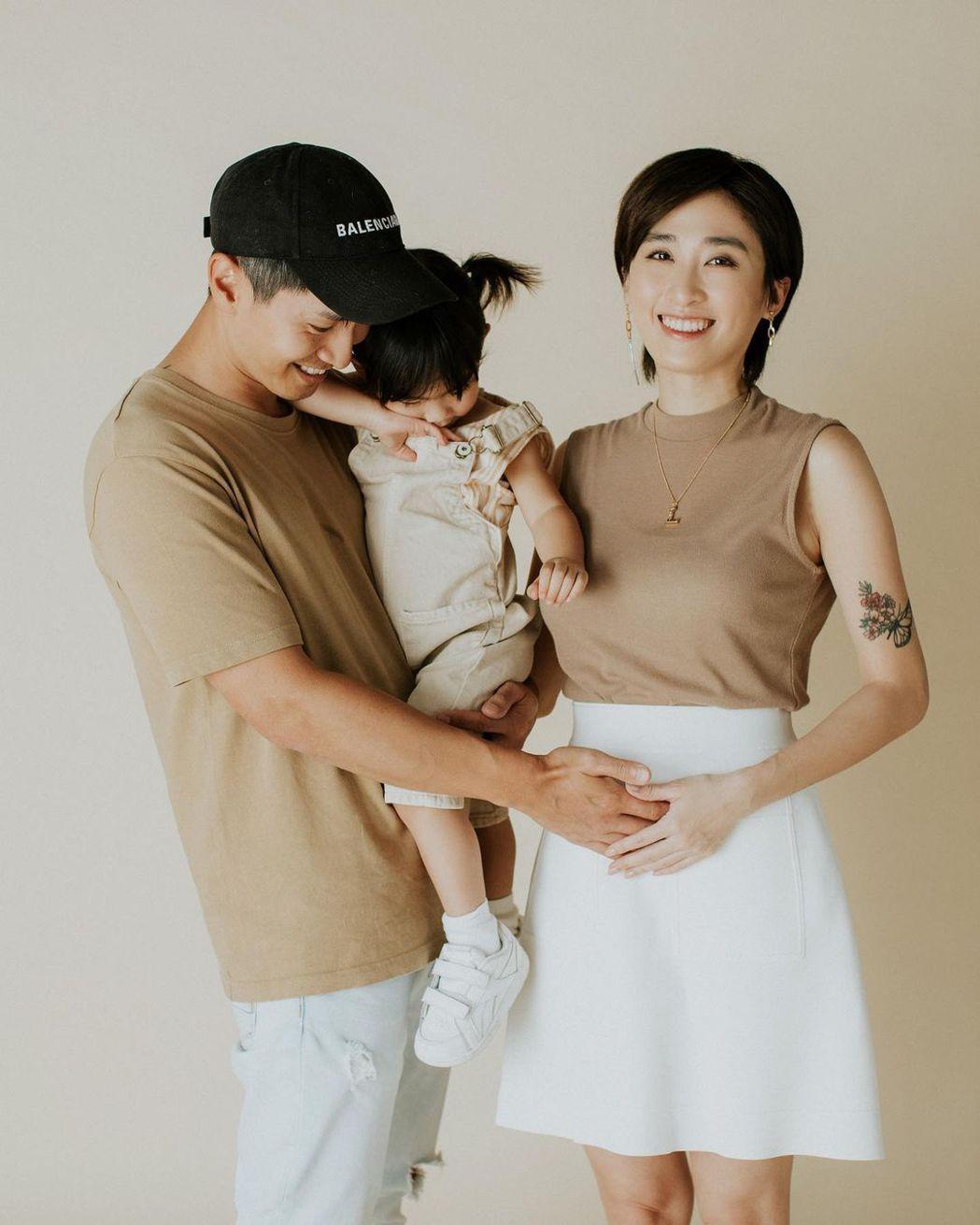 香港模特兒、演員符曉薇懷2寶時與老公、女兒一起拍全家福,但2寶最終被診斷出愛德華