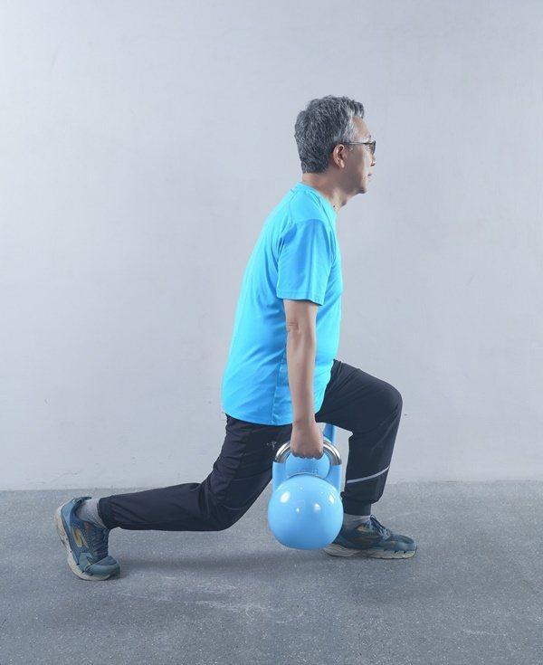 弓箭步對於腿部的訓練效果更佳。 圖/采實文化 提供