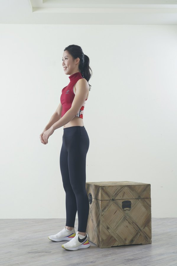 雙腳站立與肩同寬或略寬,雙腳腳尖稍微向外轉。 圖/采實文化 提供