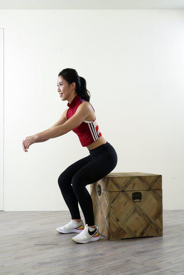 吸氣時,臀部先向後推,伴隨上半身微微前傾,同時帶動膝蓋慢慢微彎下蹲。 圖/采實文...