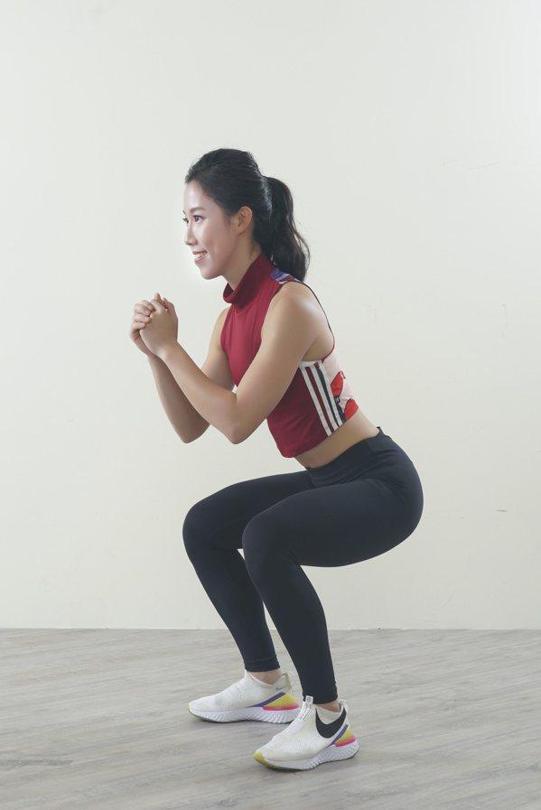 下蹲到大腿水平於地面,吐氣再利用臀部、腿部出力站直,回到動作1。 圖/采實文化 ...