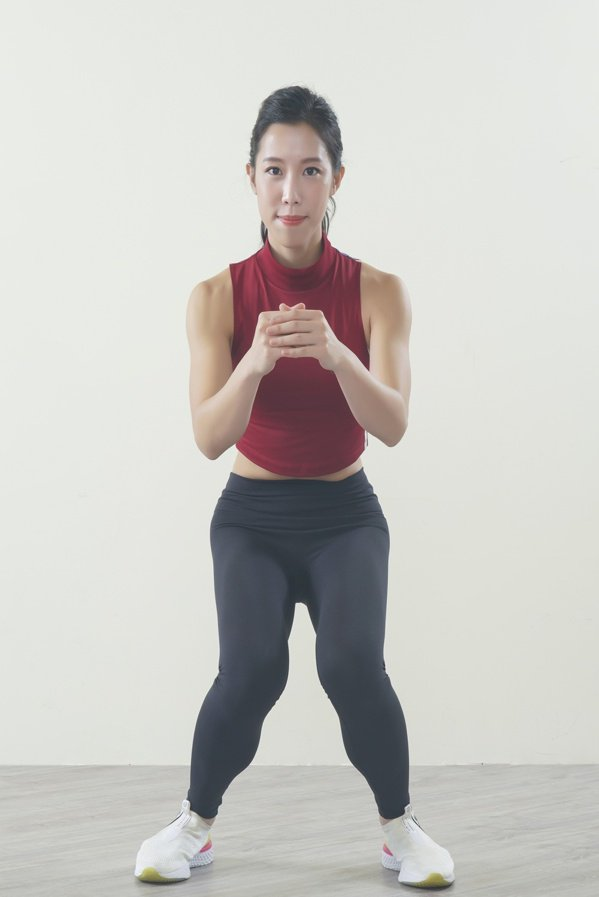 錯誤動作:膝蓋保持對齊腳尖,不可往內夾。 圖/采實文化 提供
