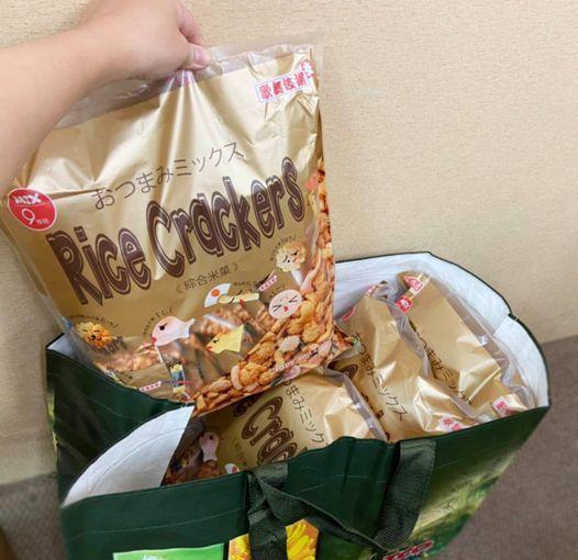 朋友的兒子要求媽媽幫他買四大包米果,因為他需要送給「不只一個」女同學。圖/取自Costco好市多 商品經驗老實說