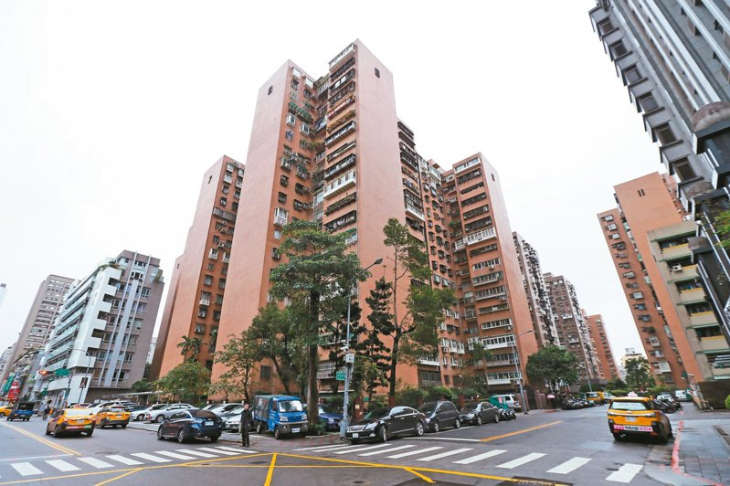 台北市大安區成功國宅傳出有確診華航機師足跡,當地里長及里民不滿臨時接到通知才知道有確診者。 本報資料照片