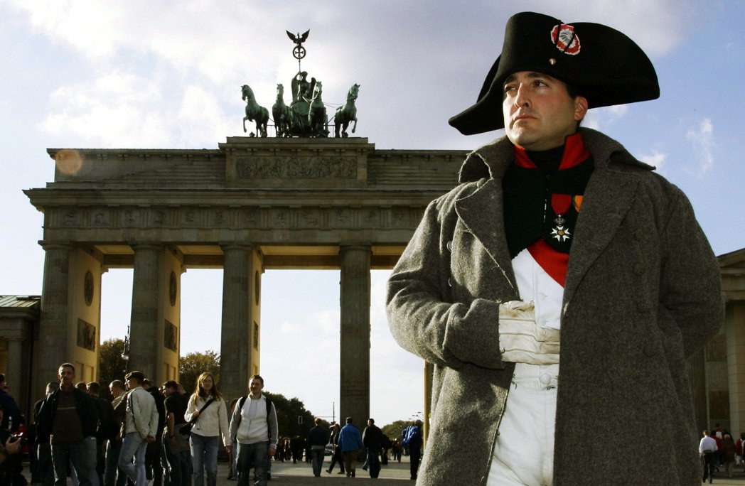 「拿破崙不是種族主義者、也沒有『特別』喜愛奴隸制度,而是在那個歷史時代的社會和經...