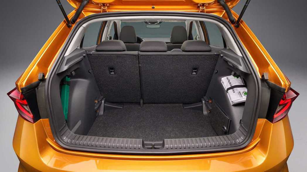 全新Fabia的行李廂要比上一代還大上50L,來到380L的容積。 圖/Skod...