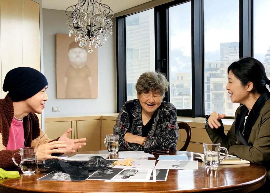 董陽孜(中)和馮亞敏(右)及年輕設計師討論中。圖/團團創新社提供