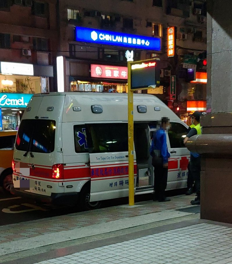 一名網友指出,圖中身穿藍衣的男子,竟因自己等不到公車,而叫救護車來載。 圖擷自facebook