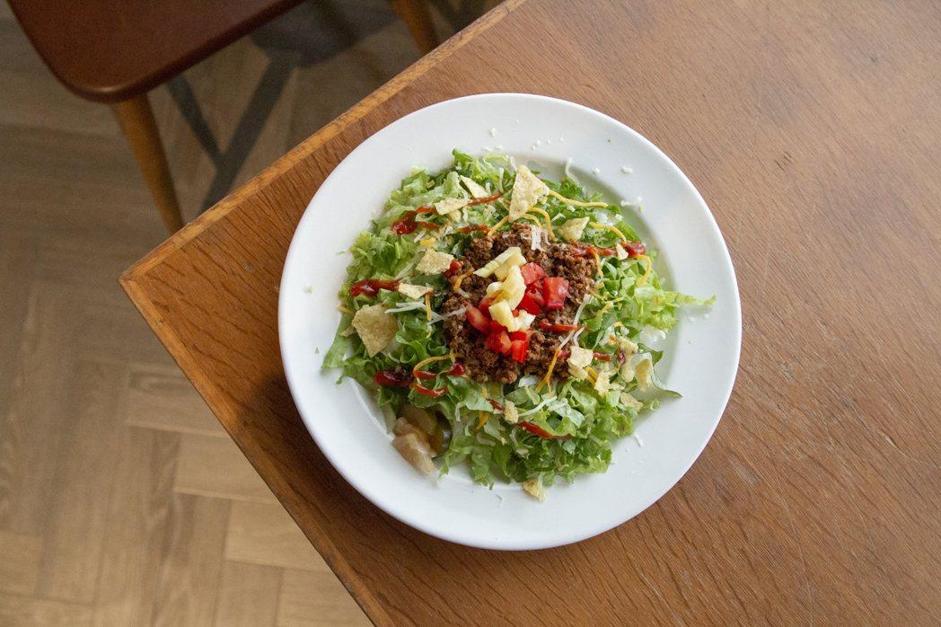 招牌餐點「藝術家洋食塔可飯」。 圖/王倚祈攝影、麥田出版提供