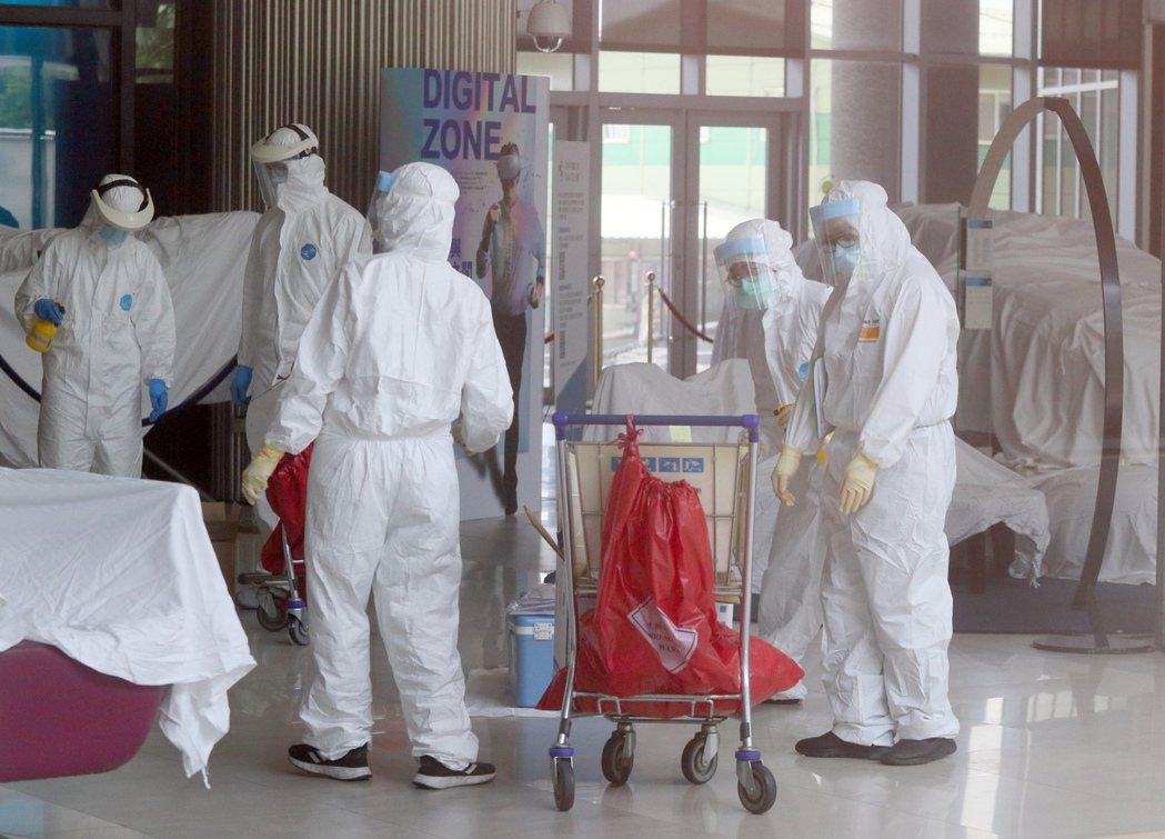華航機師及諾富特飯店群聚疫情擴大,該飯店作為防疫旅館卻也可同時接一般客,工作人員...