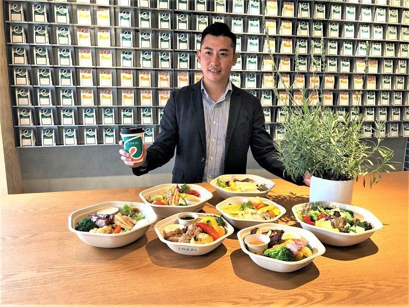 樂卡餐飲公司總經理黃旭甫,以專利的六角型植纖餐盒盛裝健康速食。 蔣佳璘/攝影