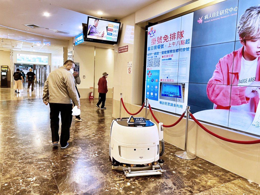 高科技機器人搭配簡潔流暢設計,吸引民眾目光。威合威務/提供