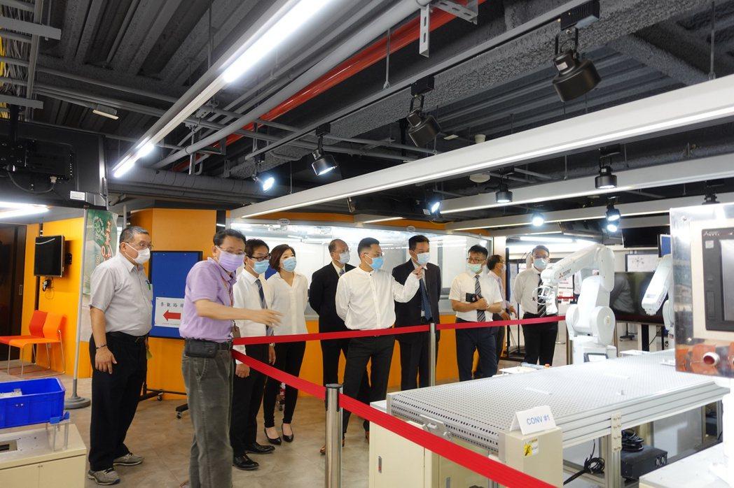 當日貴賓參訪崑大工業4.0研發中心。 崑山科大/提供。