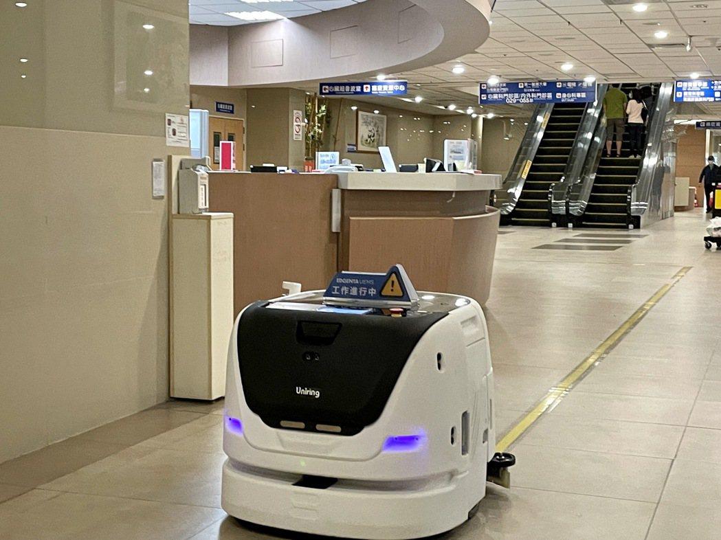 威合威務導入Max智能洗地機器人,高效率智慧清潔融入日常光景。 威合威務/提...