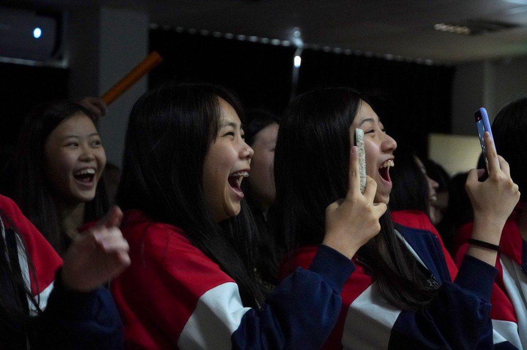華岡藝校同學現場情緒亢奮。 台北海大/提供。