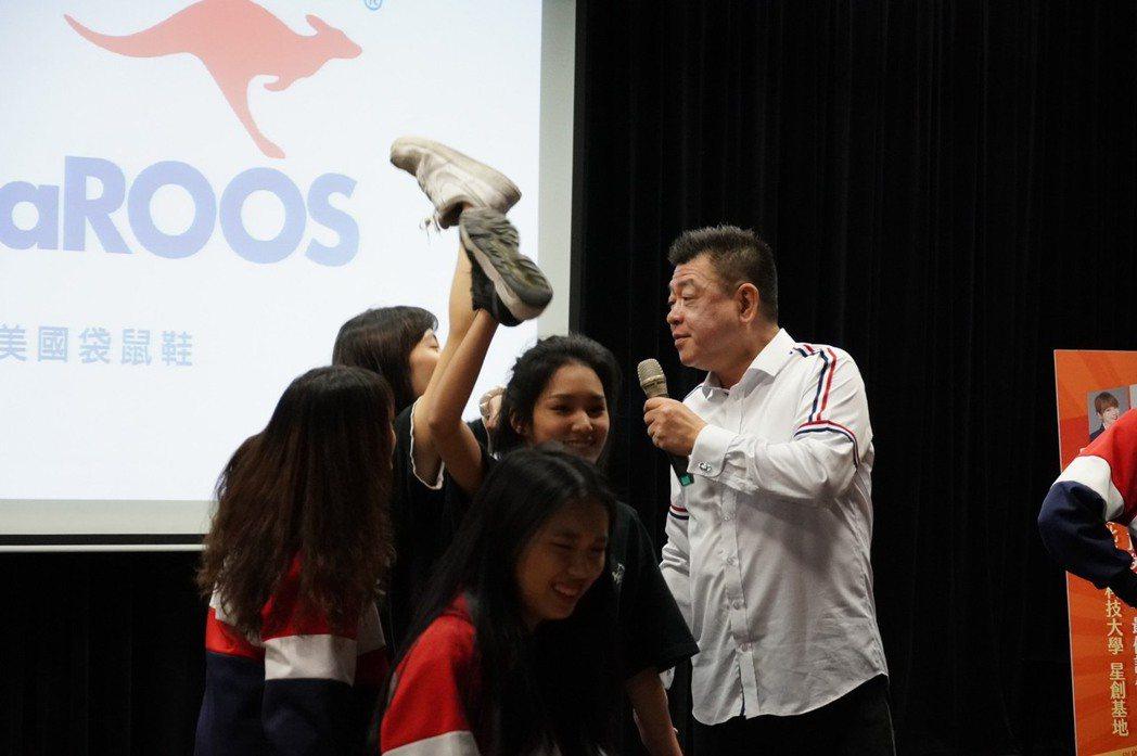 孫德榮親自指導學生。 台北海大/提供。