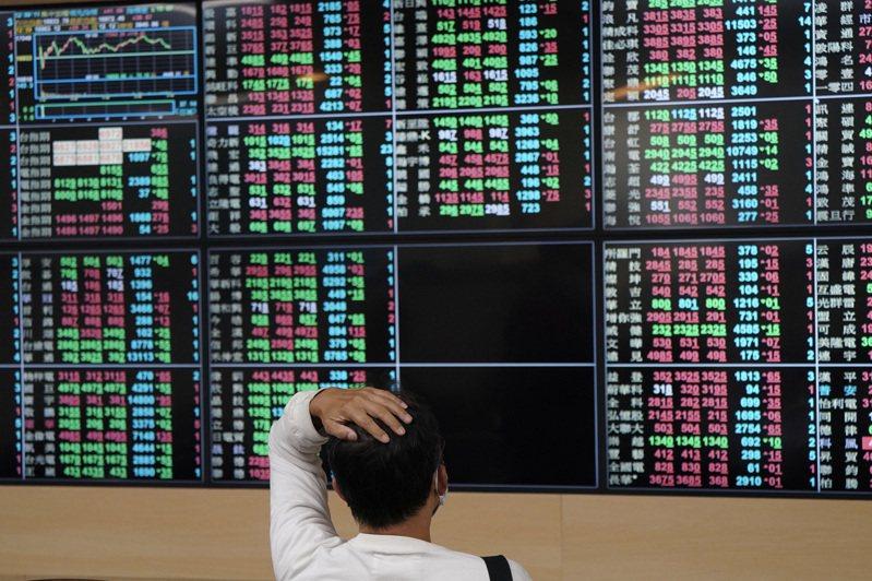 台股5日上下震盪超過200點,終場收在16843.44點,下跌90.34點,萬七得而復失,連續2天失守月線。法人表示,雜音將使台股震盪加大,短線需留意通膨和半導體重複下單等兩大變數。圖為投資人在證券行緊盯投資標的走勢。 中央社