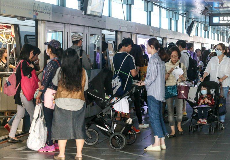 圖為文湖線等車的擁擠情景。 報系資料照/記者程宜華攝影