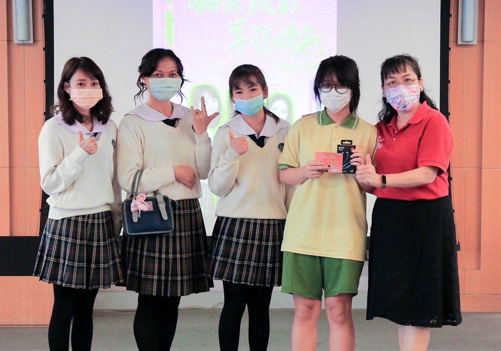 現場最大獎是潮牌藍芽耳機,幸運學生興奮與校長還有演員合影。 稻江護家/提供